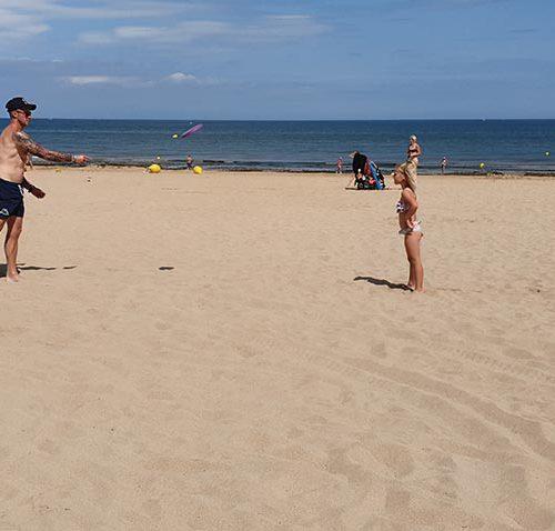 Actief Frisbiën Op Het Strand In Frankrijk