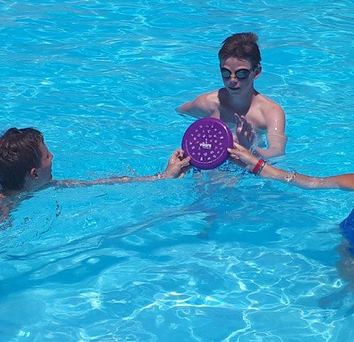 Frisbeeën In Het Zwembad