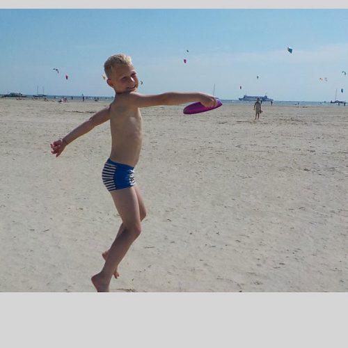 Frisbeeën Op Het Strand Van Terschelling.