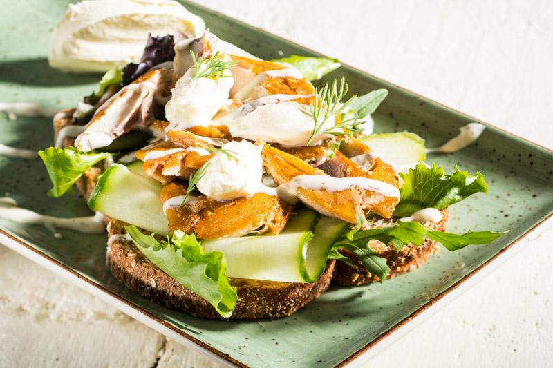 Sandwich Gerookte Makreel Met Yoghurtdip
